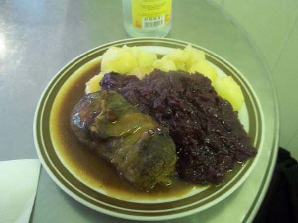 Rinderroulade, cavolo rosso e patate