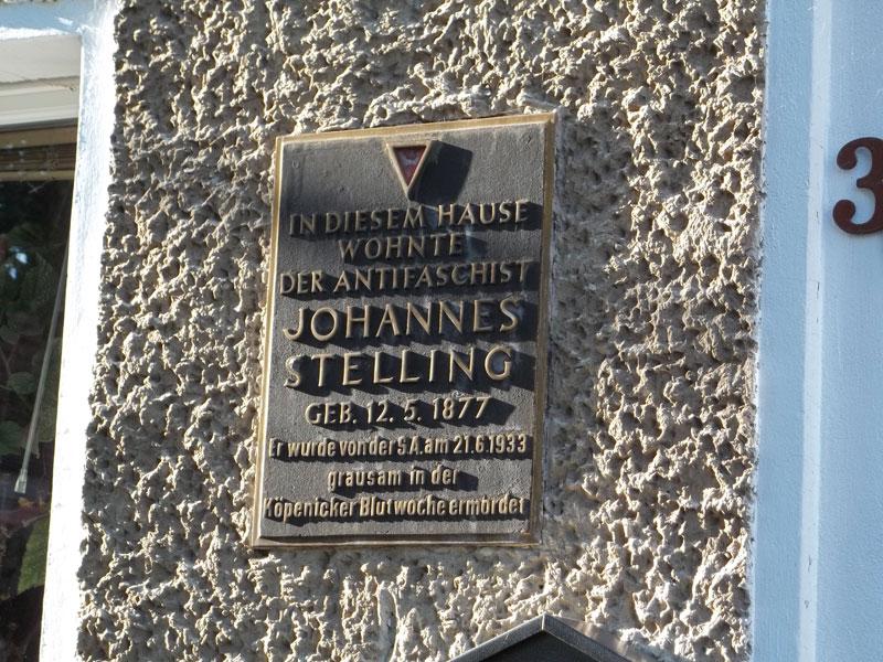 In questa casa abitava l'antifascista Johannes Stelling - ucciso barbaramente dalle SA il 21.6.1933 durante la settimana di sangue di Köpenick