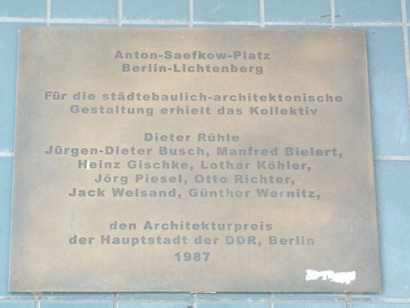 targa dedicata al collettivo di architetti che progettarono Fennpfuhl ( premio per l'architettura 1987)