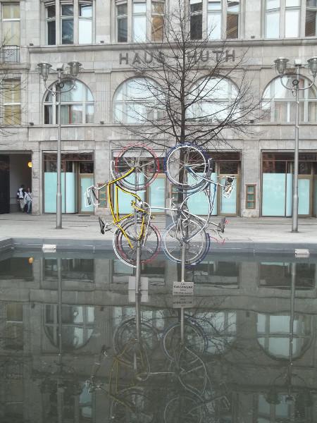 """Riding Bikes"", 1998, scultura di Robert Rauschenberg"