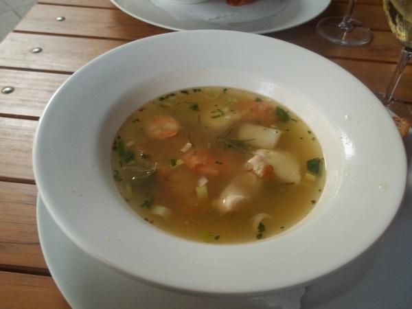 Zuppa di pesce con filletti di pesce e molluschi
