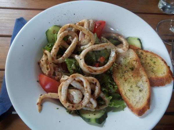 Insalata mista di stagione con calamari grigliati
